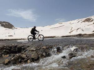 Hakkari'de 4 mevsim bir arada! kayak, buzlu suda yüzmek, ve bisikle