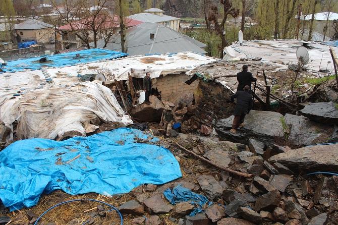 Hakkari'de dev kaya parçaları 5 evin üzerine düştü: 3 yaralı galerisi resim 1