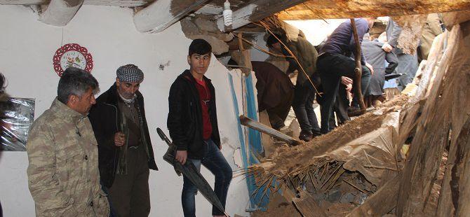 Hakkari'de dev kaya parçaları 5 evin üzerine düştü: 3 yaralı