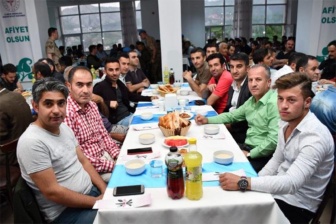 Vali Akbıyık sağlık çalışanları ile iftar açtı galerisi resim 14