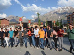 Hakkarili öğrencilerden YKS öncesi moral halayı