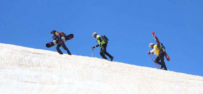 Berçelan Yaylası'nda haziranda snowboard