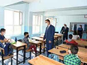 Vali Akbıyık'tan okul ziyareti ve maske denetimi!