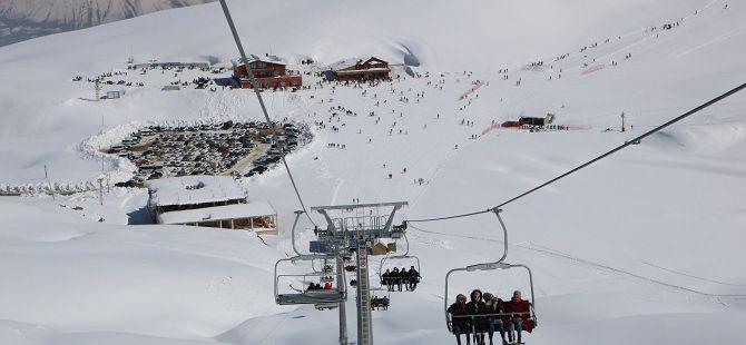 Hakkarililer hafta sonu kayak merkezine akın etti