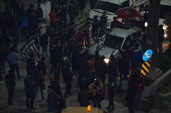 Hakkari'de Beşiktaş taraftarı sokağa döküldü galerisi resim 1
