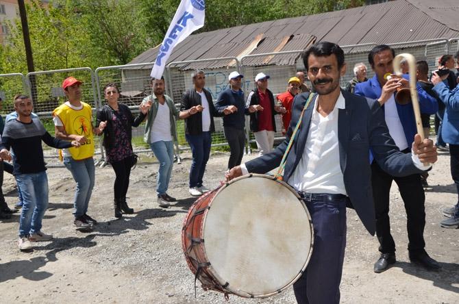 Hakkari'de halaylı 1 Mayıs kutlaması galerisi resim 1