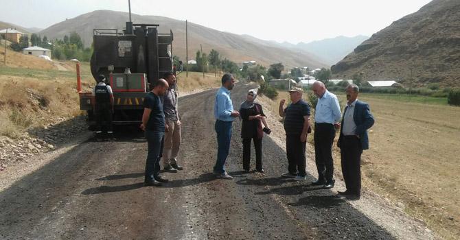 Yüksekova'da köy yolları asfaltlanıyor