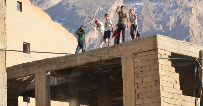 Hakkari'de boşaltılan binalar tehlike saçıyor