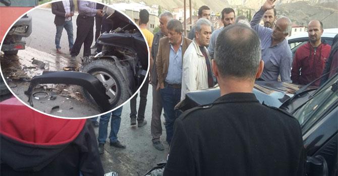 Hakkari'de iki araç kafa kaya çarpıştı: 2 yaralı