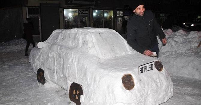 Yüksekova'da Esnaf kardan araba yaptı