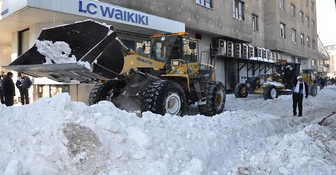 Yüksekova'da Karla Mücadele Tüm Hızıyla Devam Ediyor