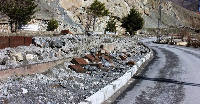 Hakkâri'de Mezarlık duvarları onarılmayı bekliyor