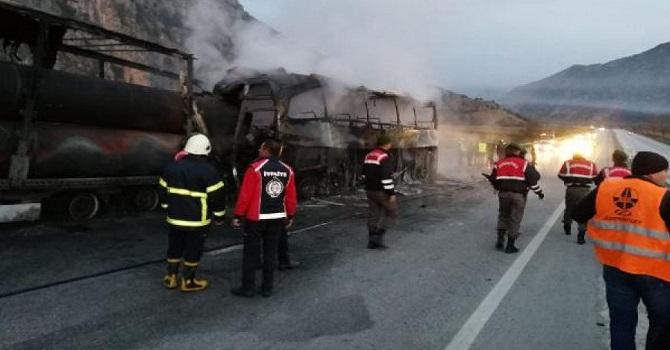 Yolcu otobüsü, park halindeki TIR'a çarptı: 10 ölü, 18 yaralı
