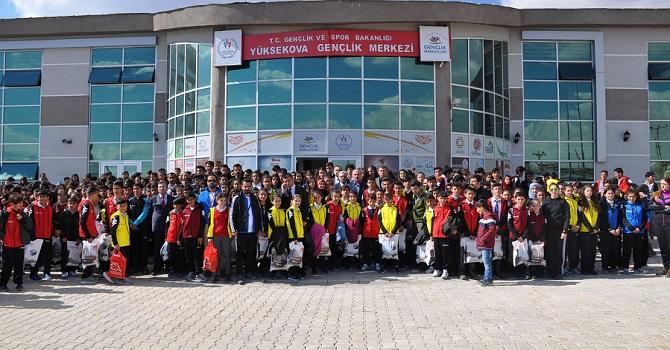 Yüksekova 'da 2 bin 500 öğrenciye spor malzemesi dağıtıldı