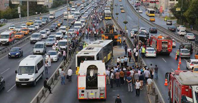 Küçükçekmece'de metrobüs kazası: Yaralılar var