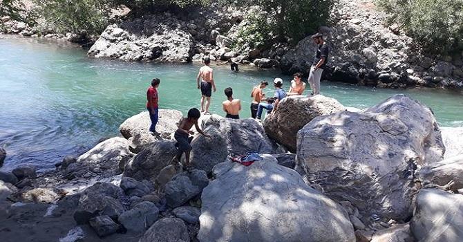 Yüksekova'da Sıcaktan bunalan gençler, Dağlıca'nın Avaşin Deresinde serinliyor