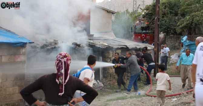 Hakkari'de korkutan yangın: 3 odunluk kül oldu!