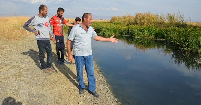 Yüksekova'da köylülerden kanalizasyon suyu tepkisi: Hayvanlarımız telef oluyor