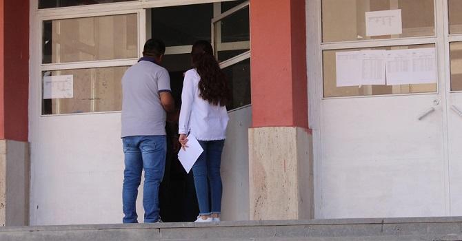 Hakkari'de Sınava alınmayan genç kız gözyaşlarını tutamadı