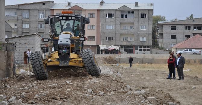 Yüksekova Belediyesinin yol çalışmaları devam ediyor