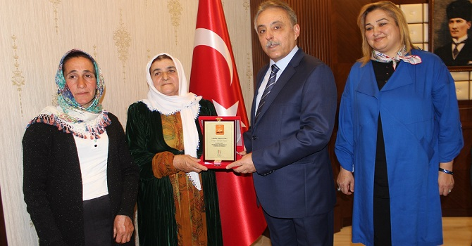 Vali Toprak, Bitlis'teki peynir fuarında derece alan kadın üreticileri ödüllendirdi