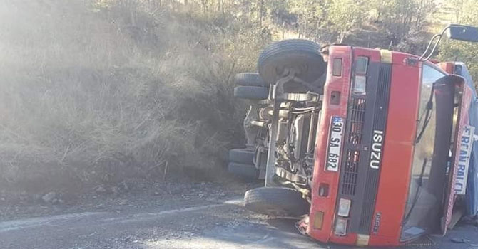 Şemdinli'de freni patlayan kamyonetin devrildi