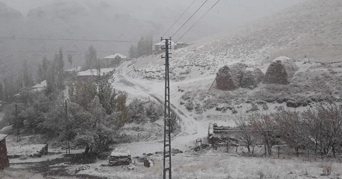 Yüksekova'da kırsal kesimler beyaza büründü