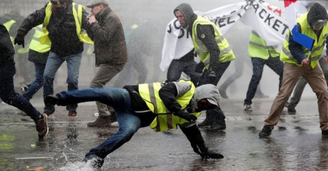 Sarı yelekliler kazandı: Fransa zamları askıya aldı