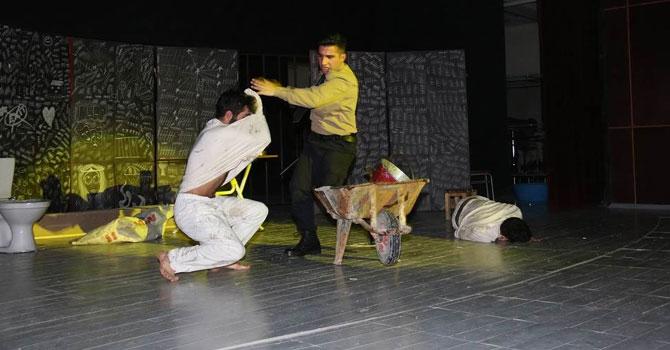 Hakkaride 'Ada' adlı tiyatro oyunu sahnelendi