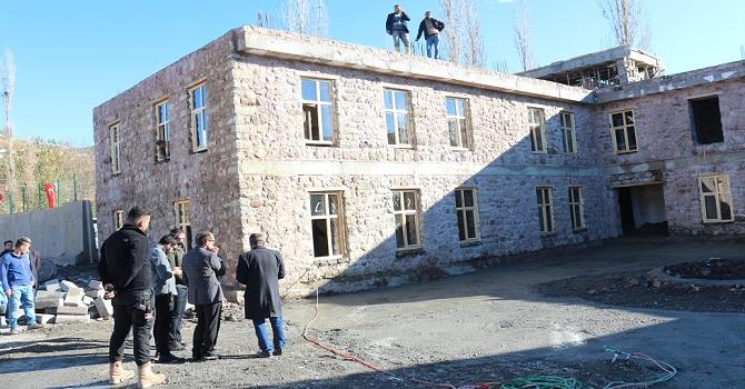 Çukurca'da iki katlı taş bina inşa edildi
