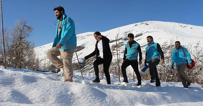 Hakkari'nin karlı yollarında yürüyerek hastalara ulaşıyor VİDEO