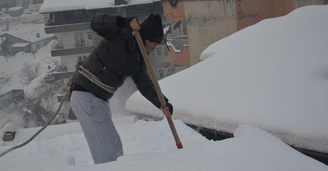 Çatılarda biriken kar ekmek kapıları oldu!  VİDEO - GALERİ