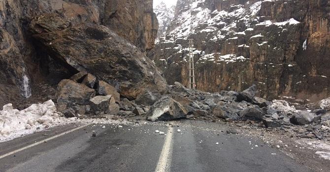 Hakkari-Çukurca karayoluna dev kayalar düştü