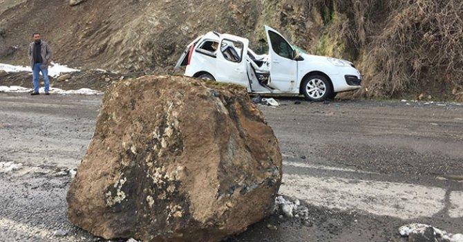 Kaya parçası aracın üzerine düştü, sürücü yaralandı