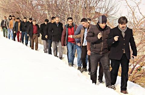 AK Parti Hakkari'de Başkanlık Sistemine Destek İçin Köyleri Dolaşıyor