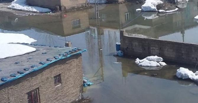 Yüksekova'da birçok evi su bastı