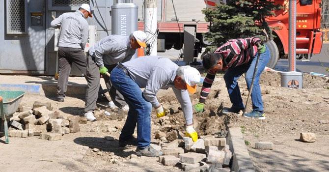 Yüksekova Belediyesi orta refüjde onarım çalışması başlattı