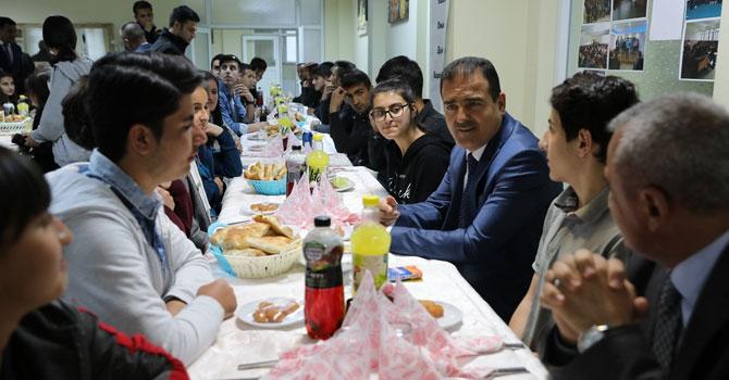 Hakkari Valisi İdris Akbıyık öğrencilerle iftarda buluştu