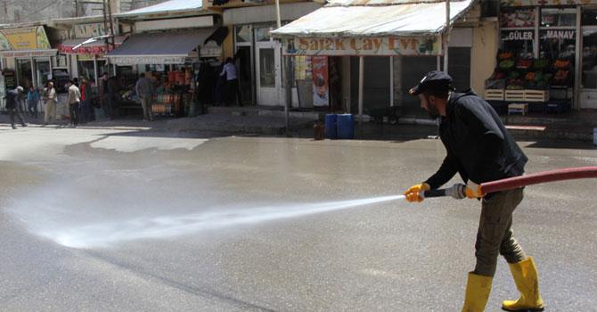 Başkale'de çarşı merkezi yıkandı