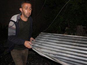 Hakkari'de rüzgar bir binanın çatısını uçurdu