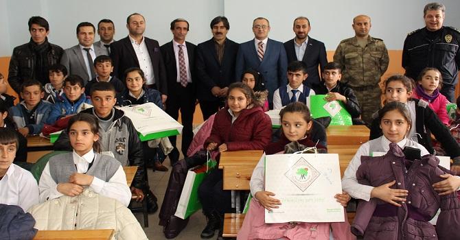 Çukurca'da 50 Öğrenciye Mont ve Bot verildi