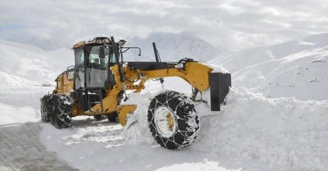 Şivekör tepesinde karla mücadele çalışması devam ediyor