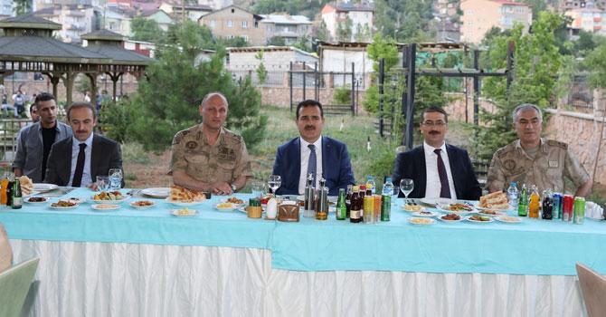 Hakkari'de tayini çıkan askerler için veda yemeği verildi