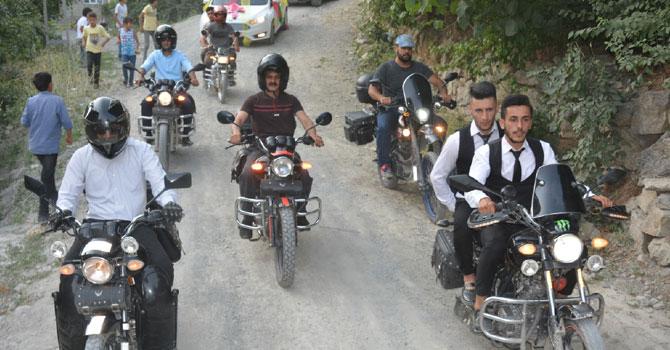Hakkari'de motorsikletli gelin konvoyu!