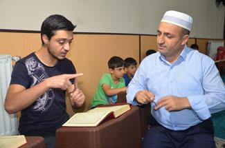Hakkarili imam işaret dili İle Kuran eğitimi veriyor!