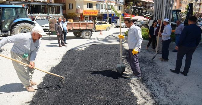 Hakkari Belediyesi yolları onarmaya devam ediyor