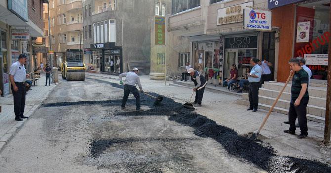 Belediye yolları onarmaya devam ediyor