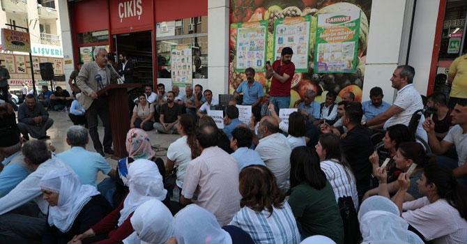 Diyarbakır'da belediye meclisi kayyum sonrası ilk toplantısını sokakta yaptı