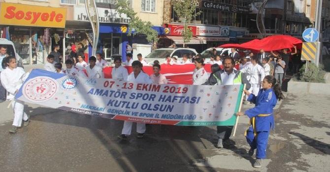 """Hakkari'de """"Amatör Spor Haftası"""" etkinlikleri kapsamında yürüyüş düzenledi"""