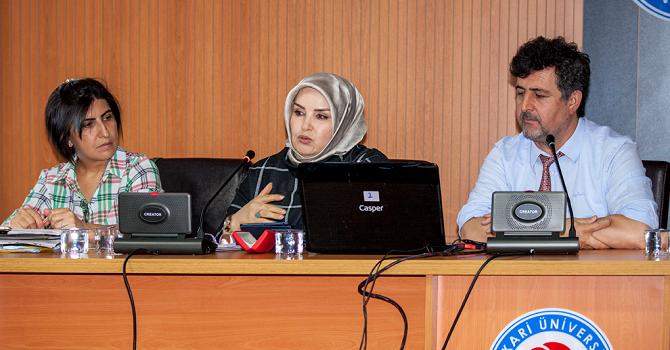 """Hakkari'de """"Pervin İtisami Şiirinde Gelenek ve Modernitenin Yansıması"""" Konferansı Düzenlendi"""